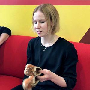 Harmonikkataiteilija Viivi-Matia Saarenkylä esittelee ensimmäisiä supikkaitaan.