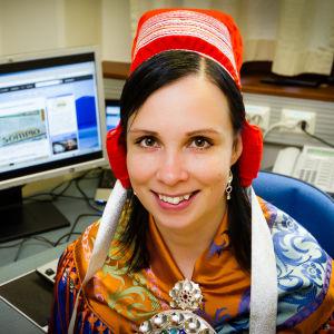 Pirita Näkkäläjärvi istuu tietokoneen edessä