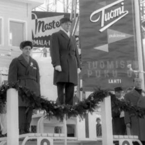 Veikko Hakulinen palkintopallilla Lahden MM-kisoissa 1958