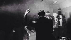 En vimmelbild från ett dansgolv med Mats Söderman i bild.