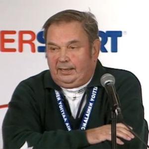 Paavo M. Petäjä tiedotustilaisuudessa Lahden Mm-kisoissa 2001