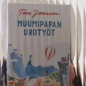 Tove Janssonin Muumipapa urotyöt kirja lasin läpi kuvattuna.