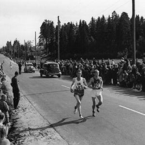 Emil Zatopek och Gustaf Jansson springer maraton, OS 1952.