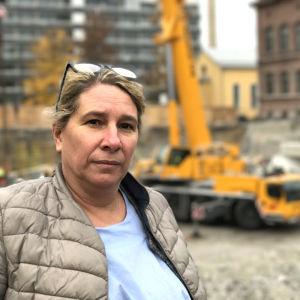 Giovanna Teir står framför en lyftkran vid flickiskvarteret i Vasa