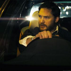 Ivan Locke (Tom Hardy) auton ratissa elokuvassa Locke