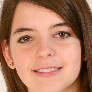 Ett ansikte av en ung glad kvinna.