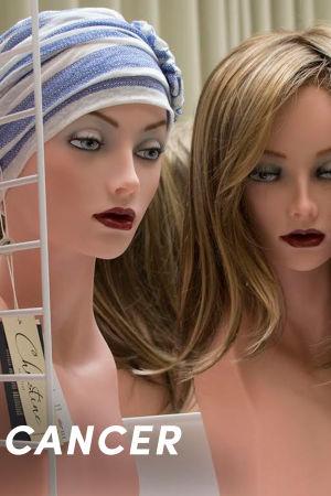Peruker och scarfar på modellhuvuden.