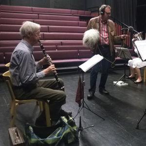 Serpentti-puhallinyhtye soittaa, äänisuunnittelija Pentti Männikkö äänittää