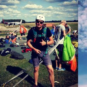 Matias Rosström som står framför ett flygplan. Han har på sig hjälp och en fallskärm. Bredvid finns en bild på en fallskärmshoppare som åker ner med en grön fallskärm.