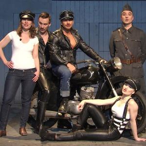 Maria Nylund tillsammans med skådespelare ur pjäsen Tom of Finland