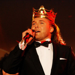 Mies kruunu päässä
