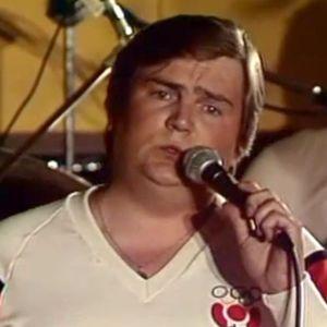 Jamppa Tuominen laulaa.