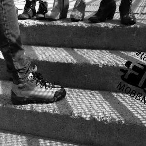 Ung person står på trappa.