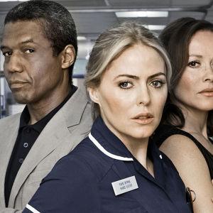 Holby Cityn sairaalan hahmot Ric Griffin (Hugh Quarshie), Faye Morton (Patsy Kensit) ja Connie Beauchamp (Amanda Mealing)