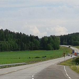 En bil och en buss frontalkrockade på Riksväg 2 utanför Högfors den 4 juli 2015.