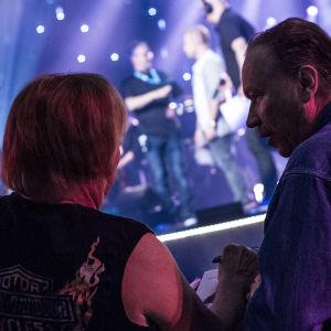 Danny ja Ile Vainio seuraavat kuningasfinalistien lauluharjoituksia