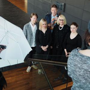 Sibelius-viulukilpailun 2015 Ylen toimittajat ja asiantuntijat valokuvauksessa.