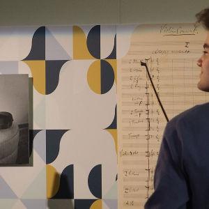 Musiikkitalon ala-aulan näyttelyssä on mm. kuva Sibeliuksen viulukonserton käsikirjoituksesta.
