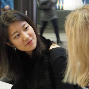 Tv-juontaja Riikka Holopainen jututtaa Christeliä suoria finaalilähetyksiä varten.