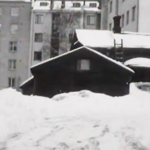 Trähus i snöigt Helsingfors.