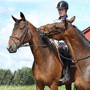 Satu Liukkonen ja Sebastian Numminen hevosten selässä