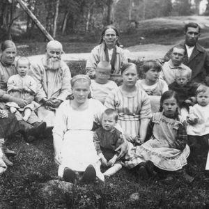 På 1920-talet placerades ryska flyktingar i läger bland annat i Kyminlinna. Läger fanns också i Uleåborg, Maikkula och Lieksa.
