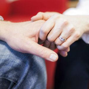 Man och kvinna håller hand