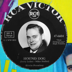 Paavo Noponen Elvis Presleyn Hound Dog -singlen keskiössä (montaasi).