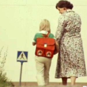 Mummi saattaa ekaluokkalaista kouluun 1980