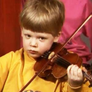 Pekka Kuusisto soittaa 9-vuotiaana viulua ohjelmassa Viuluviikarit musiikkimaassa.