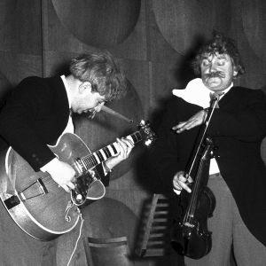 Herbert Katz ja Onni Gideon esittävät musiikkiparodiaa Mustat silmät peruukeissa ja frakeissa.