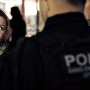 Brittidokumentaristi Stacey Dooley sarjassa Uusi huumesota.