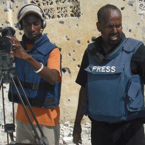 Wali Hashi på uppdrag med fotograf.