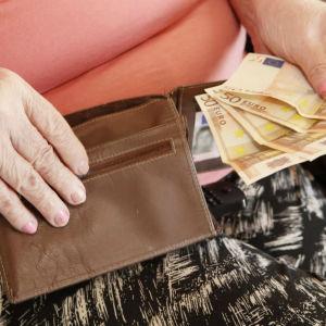 Kvinna med plånbok och eurosedlar