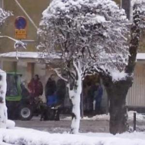 Ihmisiä jonottamassa Pelastusarmeijan ruokalan edessä (2005).