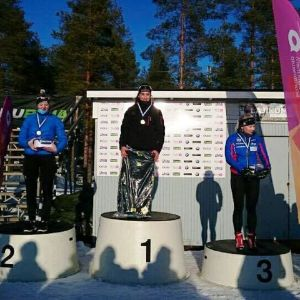 Jenny Fellman högst uppe på podiet efter FM-gulder i sprint 2017.