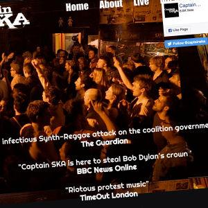 Publik som tittar mot scen där ska-band uppträder. Slagord på bilden också.