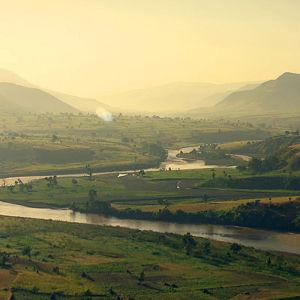 Kolmiosainen dokumenttisarja tutustuttaa tarunhohtoiseen Niiliin ja sen luontoon.