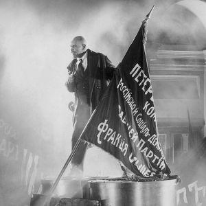Lenin pitää puhetta väkijoukolle Sergei Eisensteinin elokuvassa Lokakuu