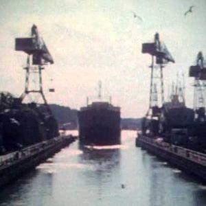Laiva lähdössä Turun Wärtsilän telakan satama-altaasta kohti auringonnousua.