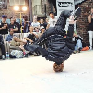 Break-tanssija tanssi, kuvassa pää alaspäin.