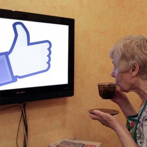Bildcollage av äldre dam som tittar på en tv, där en Facebook-tumme visas.