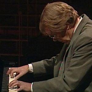 Lasse Mårtenson soittaa.