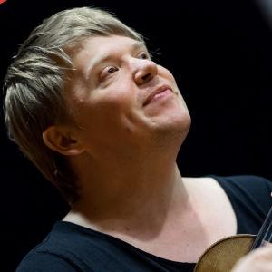 Viulutaiteilija Pekka Kuusisto.