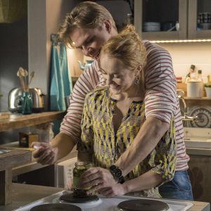 Reino auttaa Sonjaa avaamaan säilykepurkin.