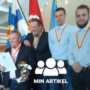 Fem män med medaljer runt sina halsar.
