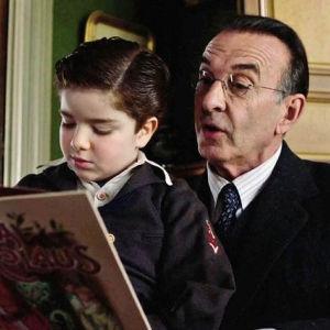 Vanha mies lukee satua lapselle. Kuva sarjasta Ranskalainen kylä