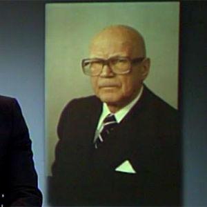 Kari Toivonen lukee uutisen Kekkosen kuolemasta (1986).
