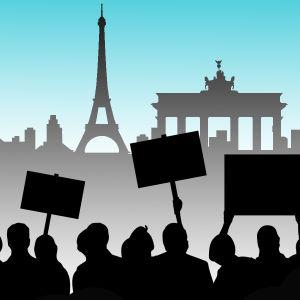 Symbolisk grafik: personer demonstrerar utanför kända landmärken som Brandenburger Tor, Eiffeltornet och Frihetsgudinnan.