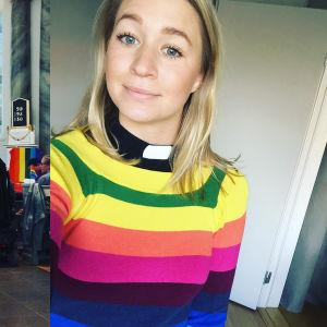 Två bilder på Esther Kazen. I den ena dansar hon tillsammans med en man i en kyrka. En regnbågsflagga syns i förgrunden. På den andra bilden tittar hon in i kameran och är ikladd är regnbågsrandig tröja.